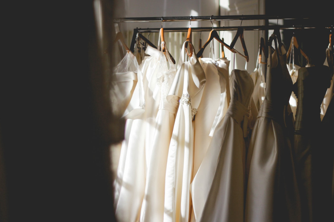 światło padające na suknie