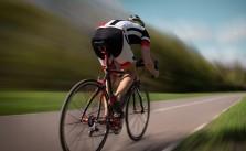 Kolarz jadący na rowerze szosowym
